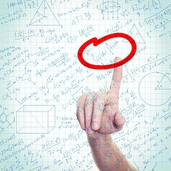 Onderwijs- of wetenschapsachtergrond met hand en formules op kladblokpagina