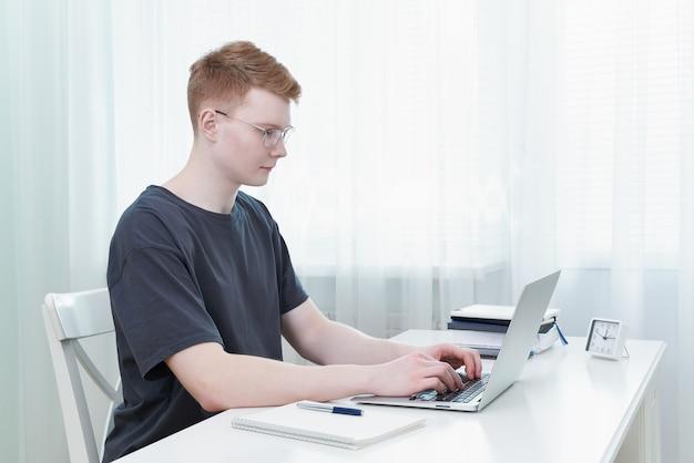 Onderwijs op afstand voor studenten. quarantaine, zelfisolatie, sociofobie. jonge tiener, e-learning