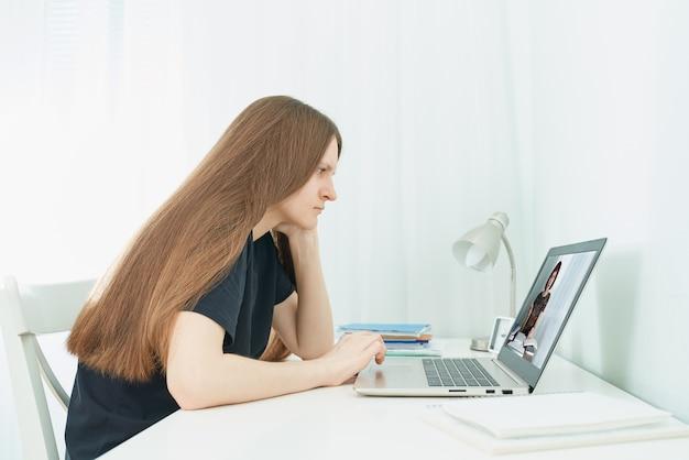 Onderwijs op afstand voor studenten. vrouw met behulp van laptop