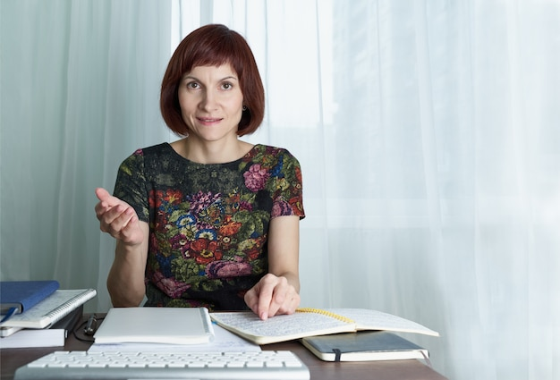Onderwijs op afstand voor studenten. vrouw studeren op bureau