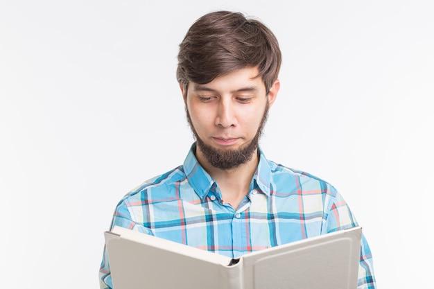 Onderwijs, proces en mensenconcept - jonge mens die een boek ernstig leest
