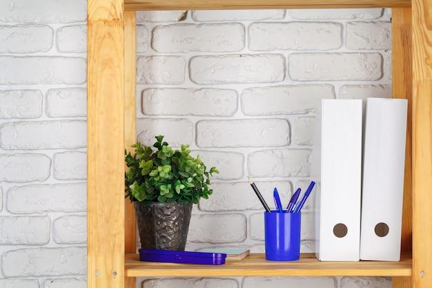 Onderwijs, studie en terug naar school concept creatief bureau met briefpapier