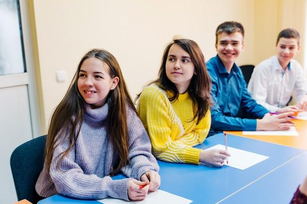 Onderwijs, wetenschap, kinderen en mensen concept - groep gelukkige kinderen of studenten.