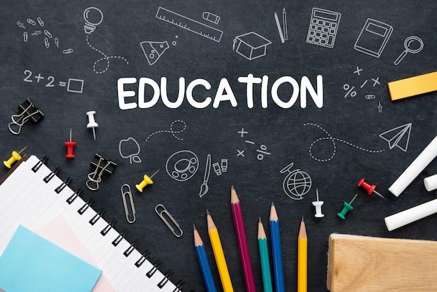 Onderwijsachtergrond met kleurrijke kantoorbehoeften