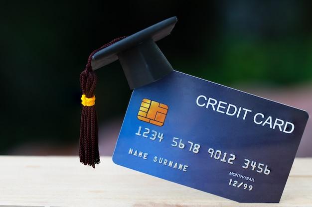 Onderwijsbetaling creditcard voor studie graduate concept: graduation cap op mock-up card, idee voor dept lening spelen voor succes studeren of zaken moeten gebruiken, dus geld en alternatieve risicofinanciering