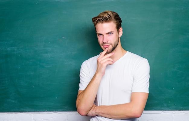 Onderwijsconcept. man leraar op school les. kennis dag. terug naar school. lege schoolbordinformatie. denkende student bij bord. man klaar om te studeren. studenten leven.
