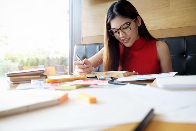 Onderwijsconcept. studenten bestuderen en brainstormen campus concept. close-up van studenten die hun onderwerp bespreken op boeken of handboeken. selectieve focus.