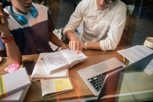 Onderwijsproces. close-up van het boek dat op tafel ligt terwijl het wordt gebruikt in het onderwijsproces