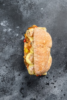 Onderzeese sandwich met gehaktballetjes, ricotta kaas.