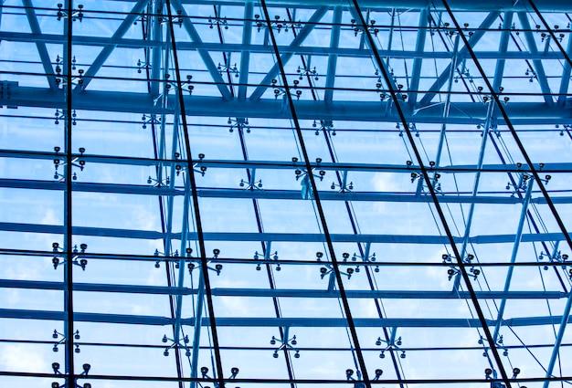 Onderzijde panoramisch uitzicht op staalblauw glas