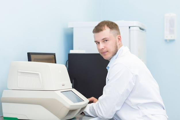 Onderzoek of genetica wetenschapper met behulp van laptop