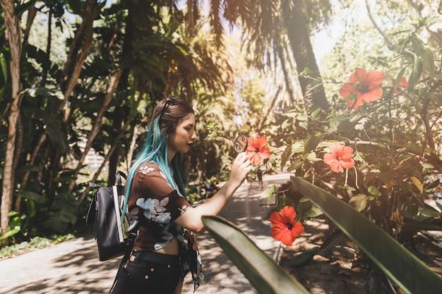 Onderzoeker die hibiscusbloem bekijkt door vergrootglas