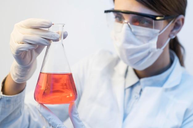 Onderzoeker vrouw in lab