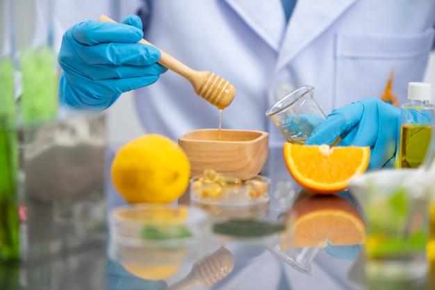 Onderzoekers testen de huid voor de ontwikkeling van cosmetica