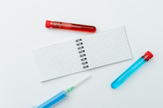 Onderzoeksnotities viruspreventie, medische procedures plannen, virusmonsters testen, belangrijke notities schrijven, medische informatie verzamelen, beschermende kleding dragen