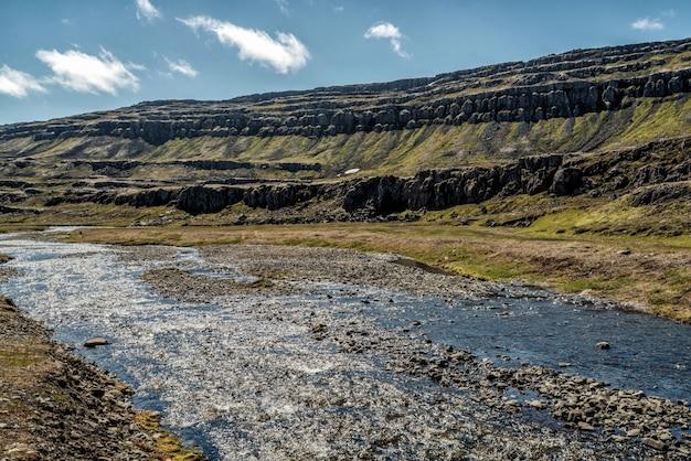 Ondiep de aardterrein van de rivierstroom in platteland