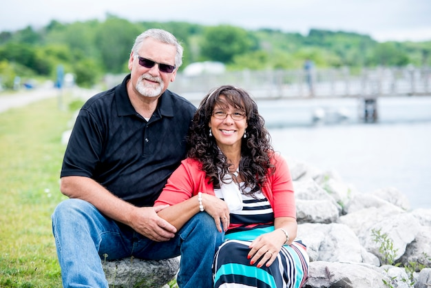 Ondiepe focus shot van een bejaarde echtpaar lachend tijdens het kijken naar de camera