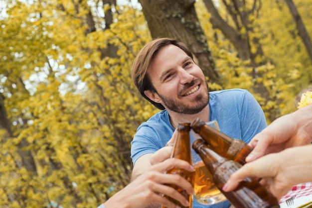 Ondiepe focus shot van een blanke man met plezier met vrienden in de natuur