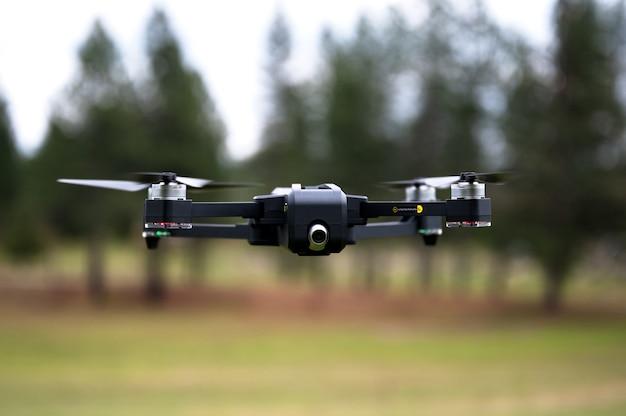 Ondiepe focus shot van een drone vliegt op de ranch in californië