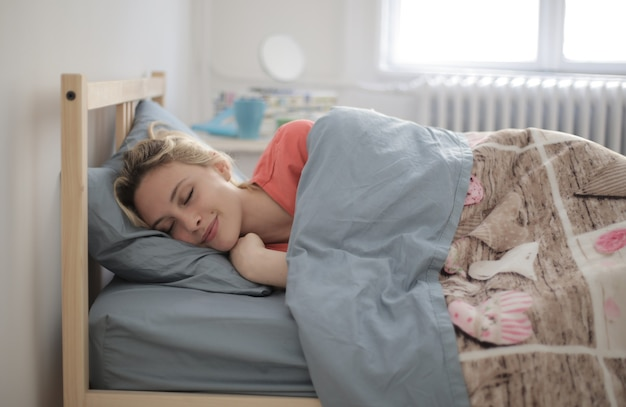 Ondiepe focus shot van een slapende vrouw