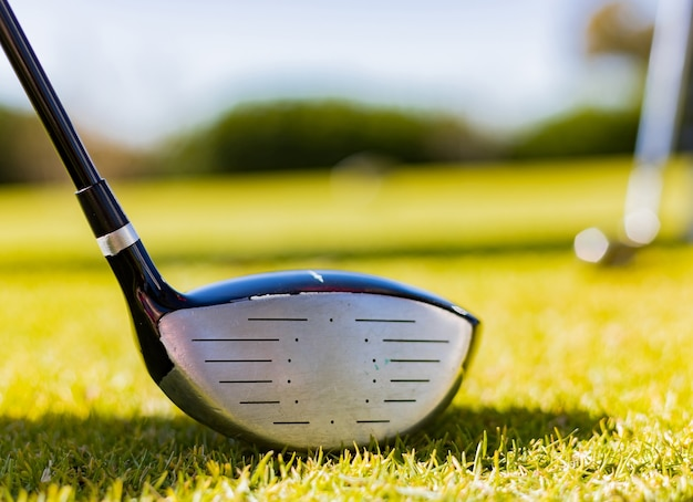 Ondiepe focus van een golfclub in een cursus