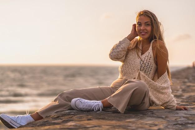 Ondiepe focus van een jonge blonde blanke vrouw in een wollen crop top en vest
