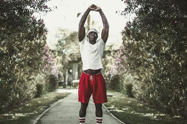 Ondiepe focus van een zwarte man die in het park traint