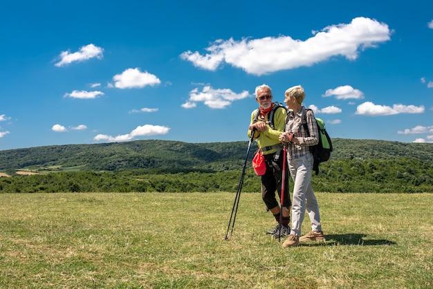 Ondiepe focusopname van een ouder echtpaar in een groot veld