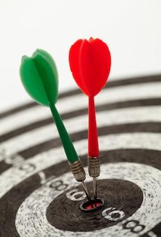 Ondiepe scherptediepte shot van darts in bullseye op dartbord