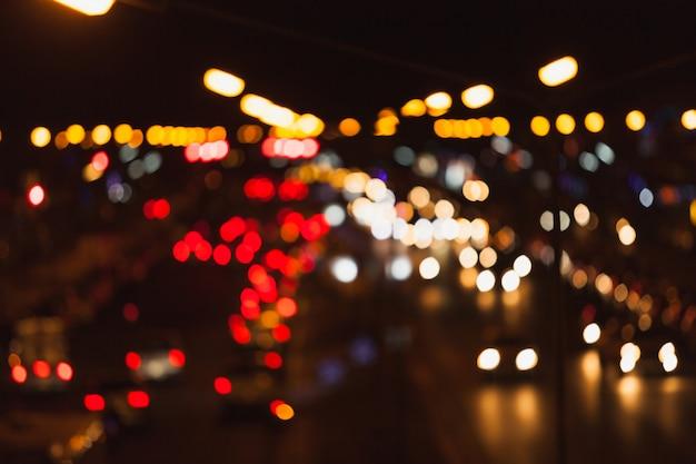 Onduidelijk beeld bokeh van verkeerslicht op de stad.