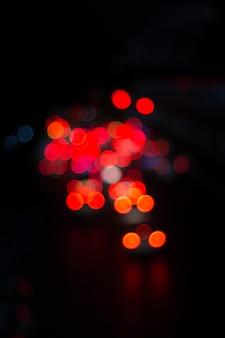 Onduidelijk beeld van autolicht en verkeer op de stads abstracte achtergrond