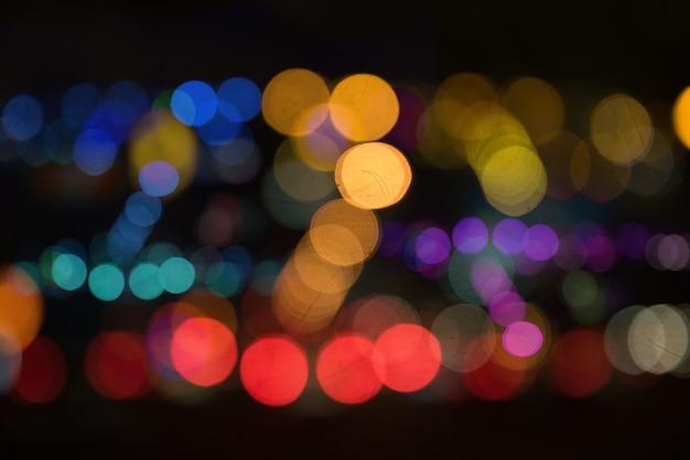 Onduidelijk beeld van stad bij nacht. onduidelijke stedelijke abstracte verkeersachtergrond