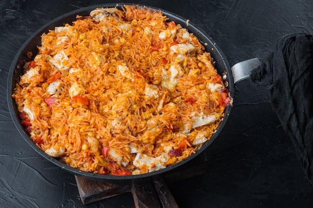 One pot chicken enchilada, rice casserole, op zwarte achtergrond