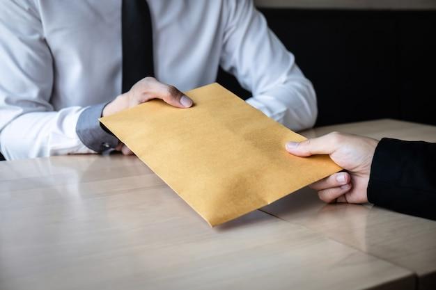 Oneerlijk vals spelen in zakelijk illegaal geld, zakenman ontvangt steekpenningsgeld in envelop aan zakenmensen om succes het dealcontract van investeringen, omkoping en corruptie te geven