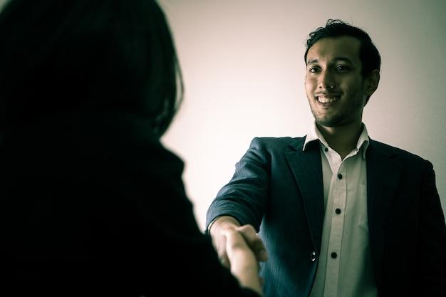 Oneerlijke zakenman geeft een handbewegingen met partner met duivelse blik