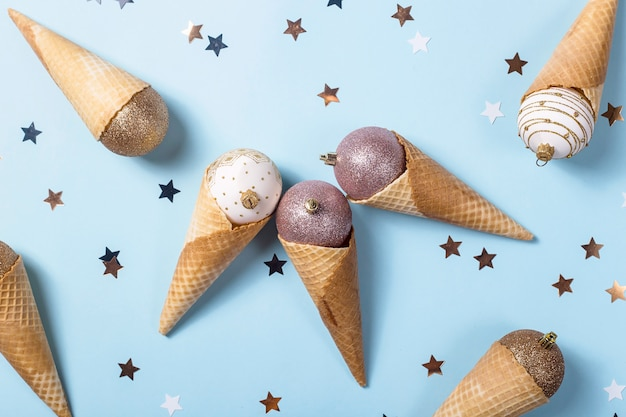 Oneetbaar ijs van kerstballen in wafelkegels