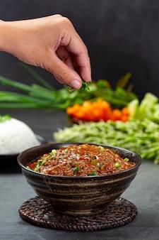 Ong chili op een zwart bord