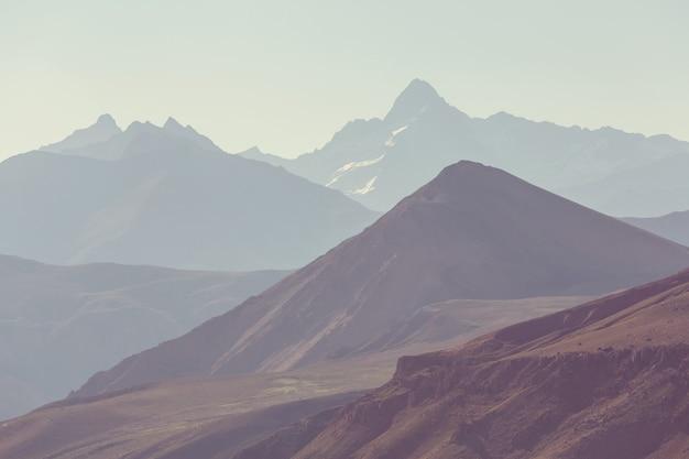 Ongebruikelijk bergenlandschap in andes, agrentina.