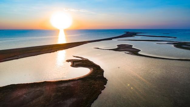 Ongebruikelijke eilanden aan het meer van sivash
