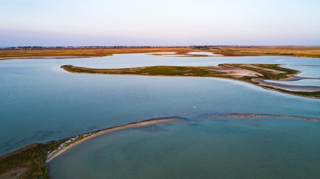 Ongebruikelijke eilanden op lake sivash, bovenaanzicht, drone-camera