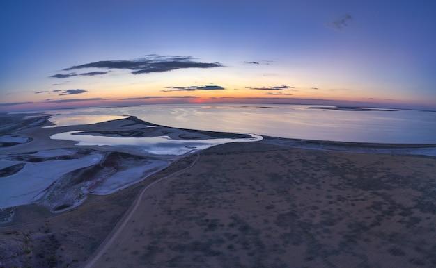 Ongebruikelijke eilanden op lake sivash en bovenaanzicht