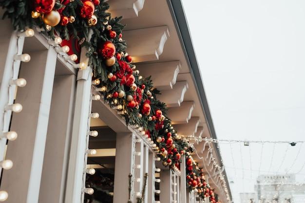Ongebruikelijke kerstkrans bij het bouwen