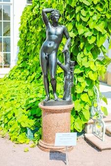 Ongebruikelijke metalen sculptuur in het park van lomonosov.