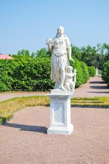Ongebruikelijke stenen sculptuur in het park van lomonosov.