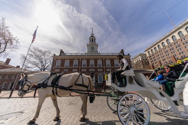 Ongedefinieerd paard ruiter voor toeristisch rijden voor de independence hall