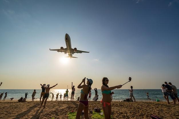 Ongedefinieerde reizigers die foto's van de landing op het vliegtuig bekijken en erover praten