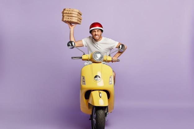 Ongeduldige bezorger rijdt op een scooter terwijl hij pizzadozen vasthoudt