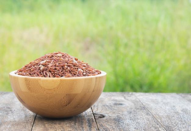 Ongekookt bruine rijst op tafel