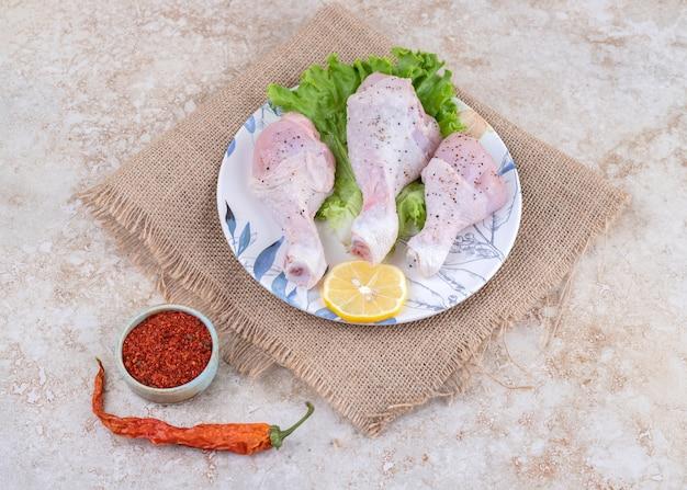 Ongekookt kippenpotenvlees met sla en citroen