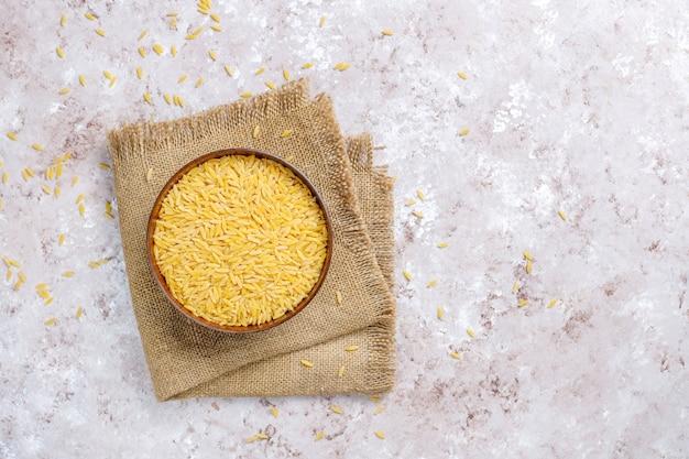 Ongekookt risotto in kom, bovenaanzicht